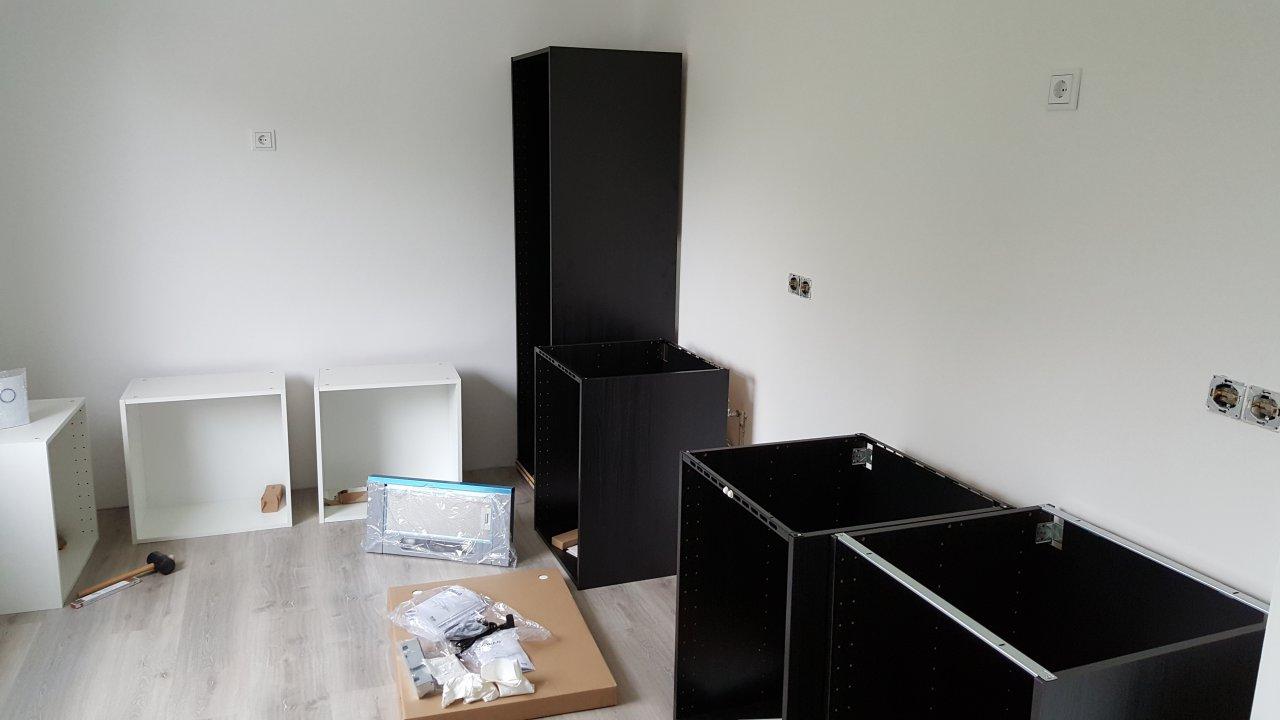 Die Küche - erste Küchenteile zusammengebaut